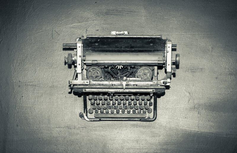Vista del vintage clásico monocromático, máquina vieja de la máquina de escribir del estilo retro imagenes de archivo