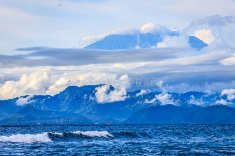 Vista del volcán de Gunung Agung en Bali de la bahía de la seta, Nusa Lembongan, Indonesia imagen de archivo