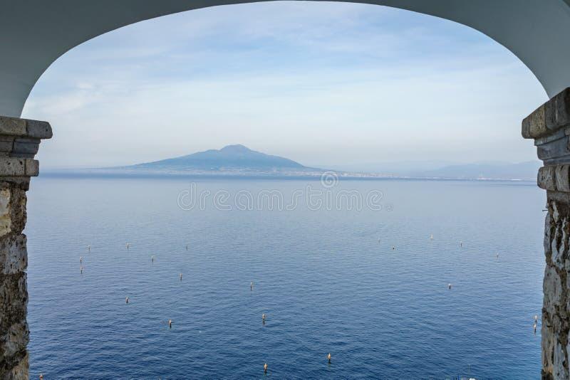 Vista del volcán de Vesuvio con el mar azul hermoso y del cielo en el s imágenes de archivo libres de regalías