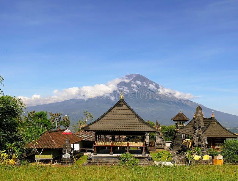 Vista del volcán Gunung Agung en la isla de Bali en Indonesia fotos de archivo