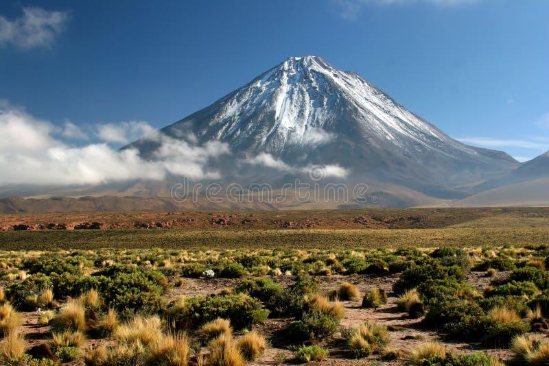 Vista del volcán Licancabur fotos de archivo