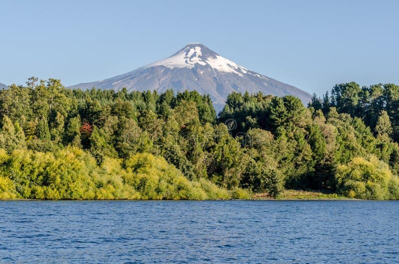 Vista del volcán Villarica del lago en Pucon imagenes de archivo