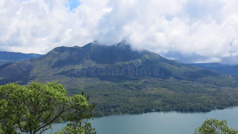 Vista del volcán y del lago Batur, en área de montaña de Kintamani fotografía de archivo