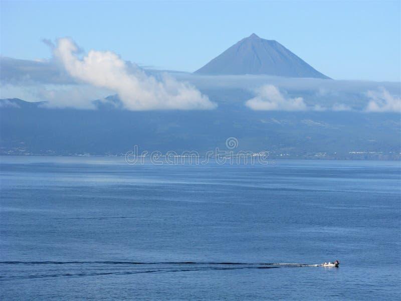 Vista del vulcano di Pico dall'isola di Jorge del sao, Azzorre fotografia stock