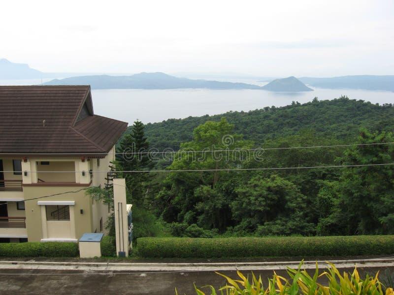 Vista del vulcano di Taal dalla strada fra Tagaytay ed il lago Taal, Filippine fotografie stock