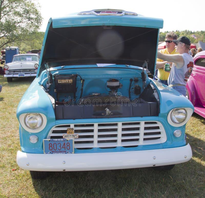 Vista delantera 1955 del camión azul de la aguamarina de Chevy imagenes de archivo