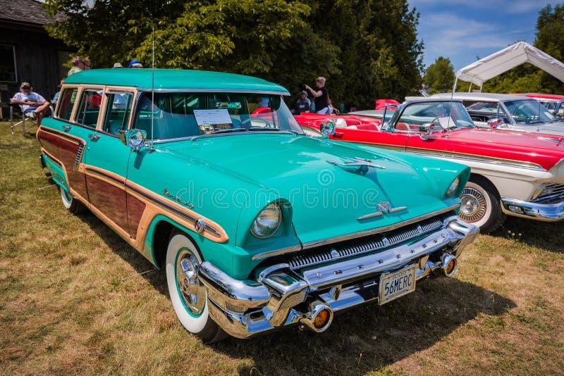 Vista delantera asombrosa agradable del coche retro del vintage clásico con la gente en fondo fotografía de archivo