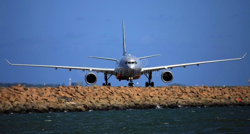Vista delantera de Airbus A330 fotos de archivo
