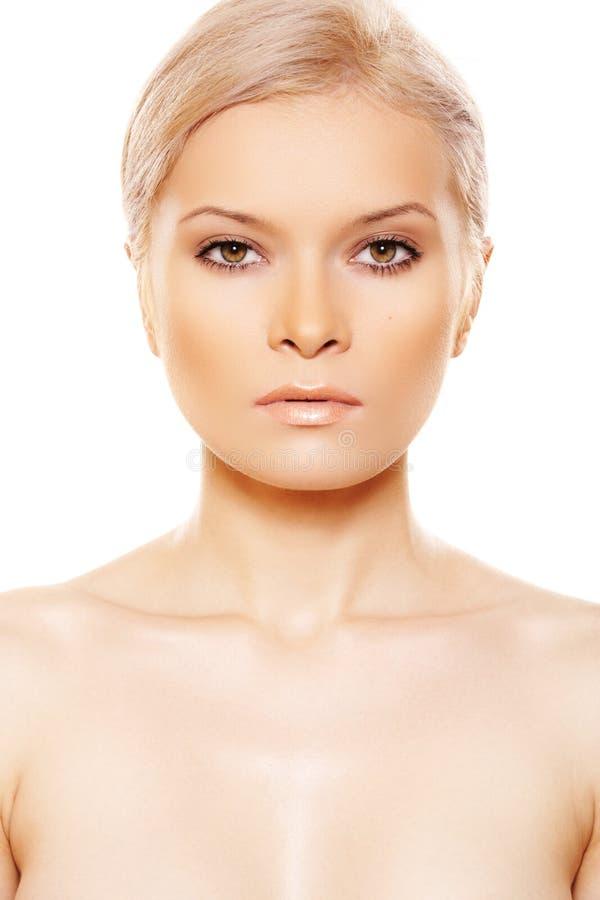 Vista delantera de la belleza atractiva con maquillaje del día natural fotos de archivo
