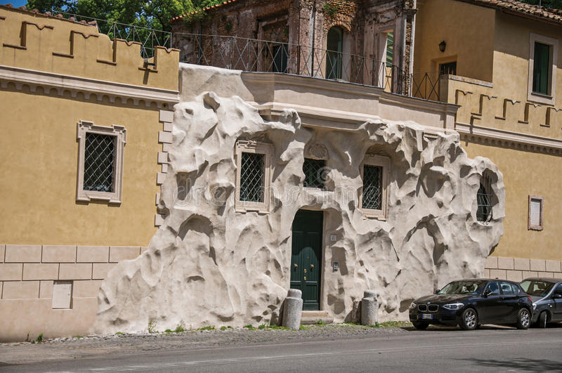 Vista delantera de la casa con la decoración creativa e inusual de la calle en Roma imágenes de archivo libres de regalías
