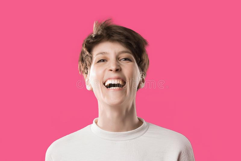 Vista delantera de la chica joven extremadamente feliz y de risa Modelo elegante lindo fotografía de archivo