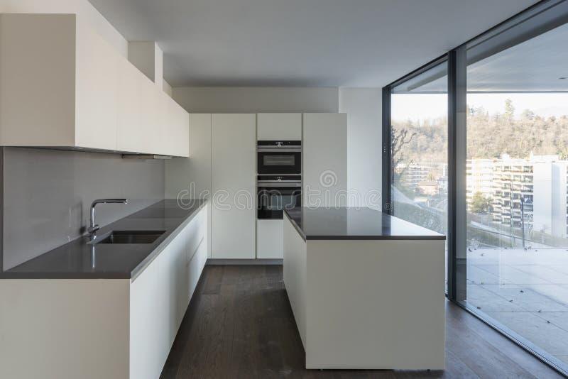 Vista delantera de la cocina blanca moderna foto de archivo