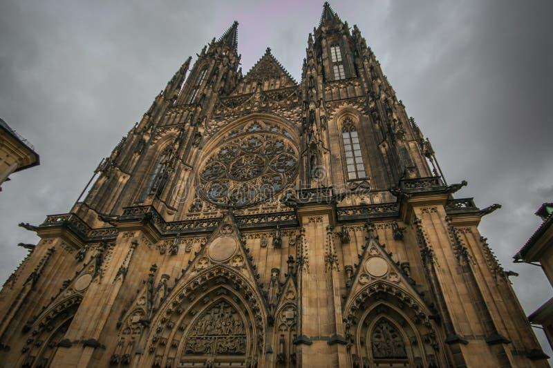 Vista delantera de la entrada principal a la catedral de Vitus del santo en el castillo de Praga en Praga, República Checa fotografía de archivo