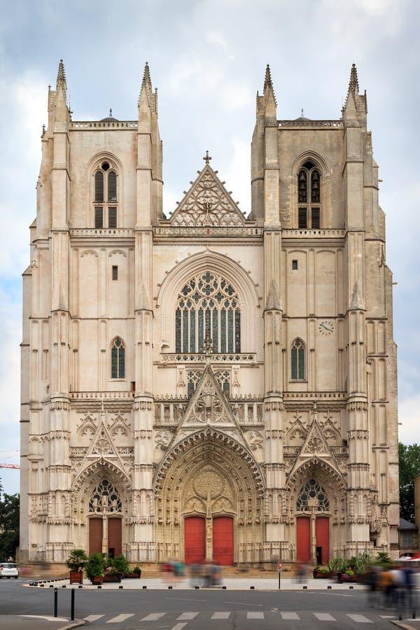 Vista delantera de la fachada de la catedral de Nantes fotos de archivo