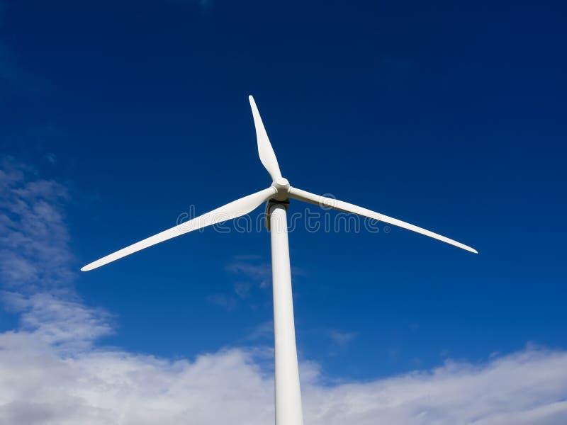 Vista delantera de la turbina de viento sobre el cielo azul foto de archivo