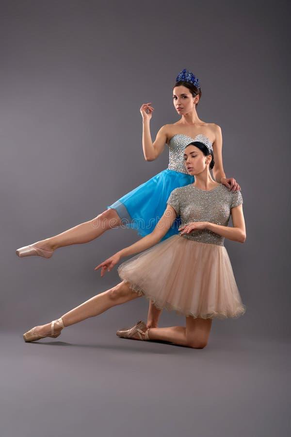 Vista delantera de los bailarines de sexo femenino jovenes que presentan en estudio foto de archivo