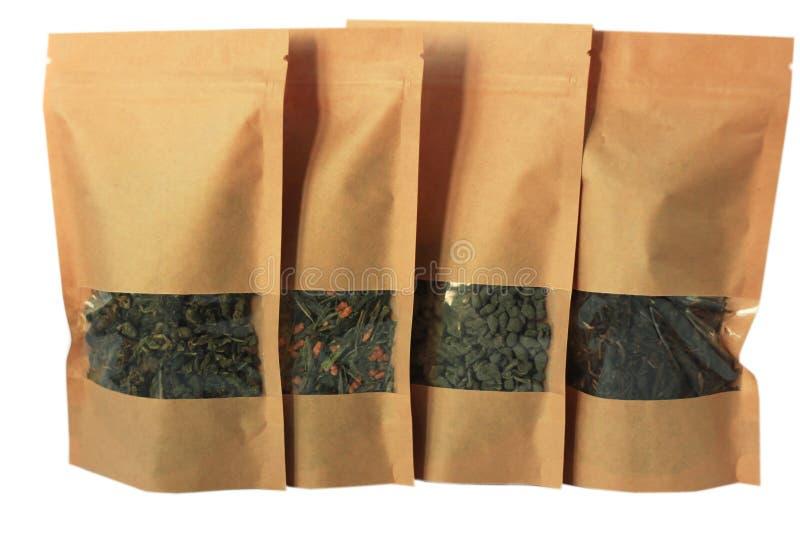 Vista delantera de los bolsos de la bolsa del papel del arte aislada en el fondo blanco Empaquetado para las comidas y la maqueta imagen de archivo