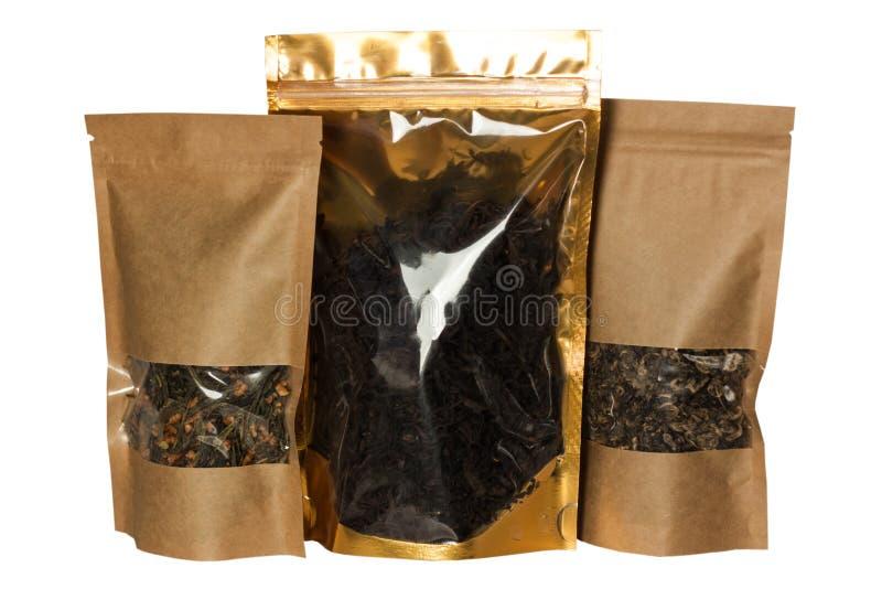 Vista delantera de los bolsos de la bolsa del papel de Brown Kraft aislada en un fondo blanco Empaquetado para las comidas y la m foto de archivo libre de regalías