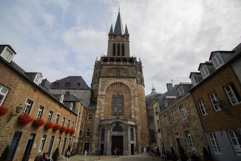 Vista delantera de los Dom de Aachener de la iglesia foto de archivo