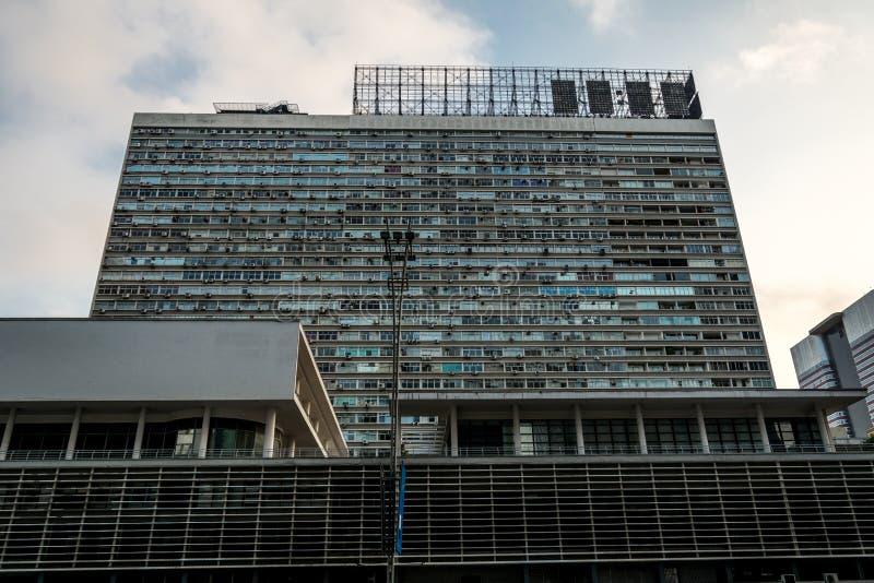Vista delantera de un edificio moderno y famoso, en Sao Paulo, el Brasil fotografía de archivo