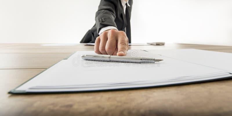 Vista delantera de un hombre de negocios que le ofrece para firmar un documento o una c