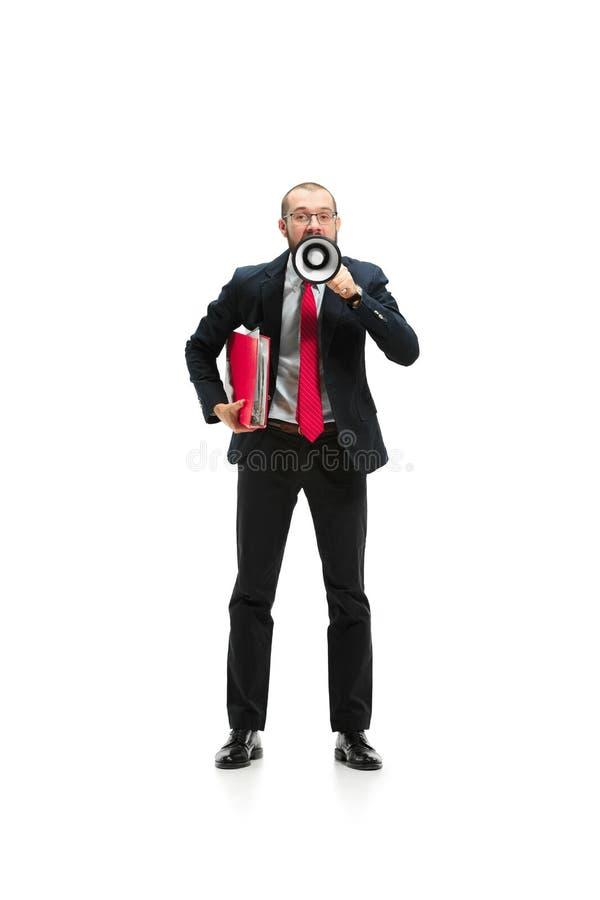 Vista delantera de un hombre que grita en el megáfono sobre el fondo blanco imagen de archivo libre de regalías