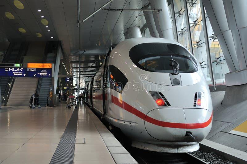 Vista delantera de un tren expreso interurbano (HIELO) imagenes de archivo