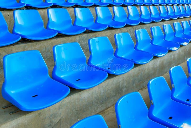 Vista delantera del banco o de la silla azul en el estadio del fútbol o de béisbol del fútbol foto de archivo