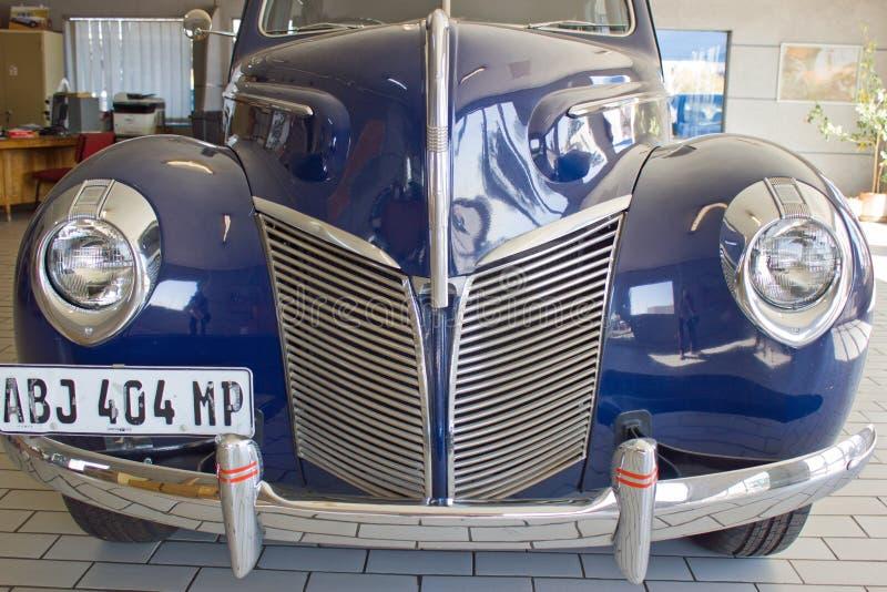 Vista delantera del capo, de la parrilla, de linternas y del tope del color azul fotos de archivo