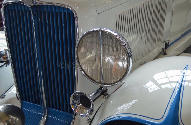 Vista delantera del coche clásico blanco y azul foto de archivo libre de regalías