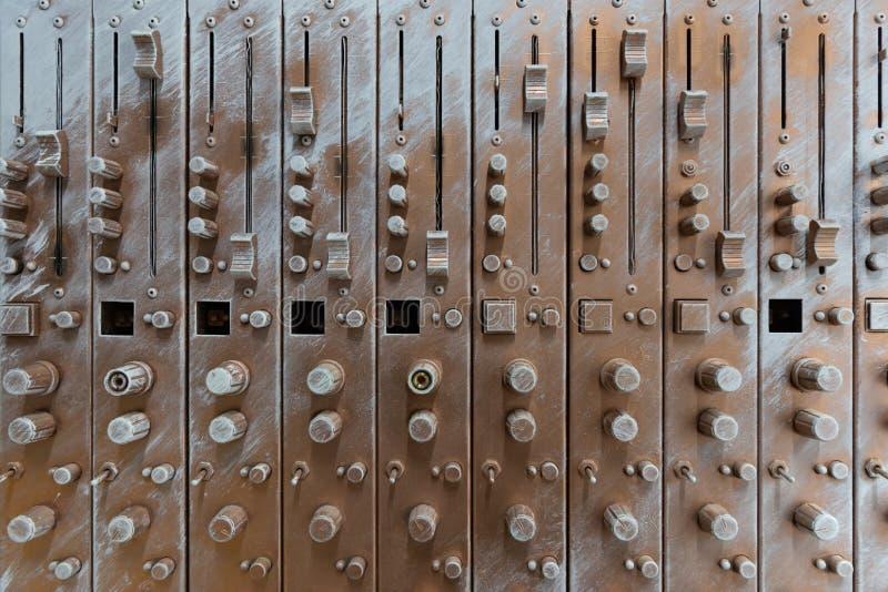 Vista delantera del equalizador de bronce artificial de los sonidos de la avería fotografía de archivo