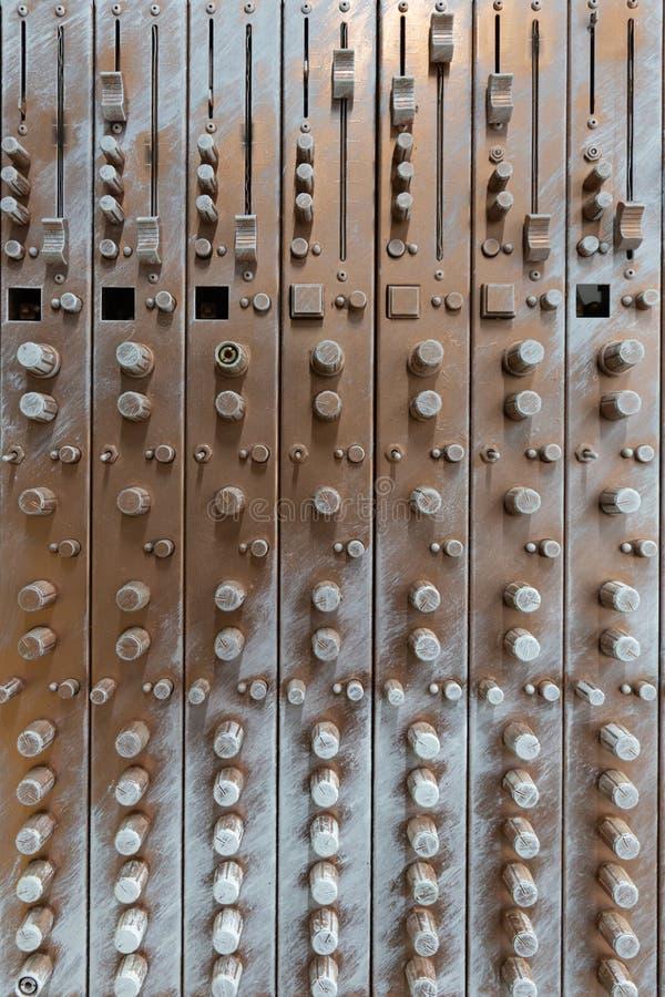 Vista delantera del equalizador de bronce artificial de los sonidos de la aver?a imagen de archivo