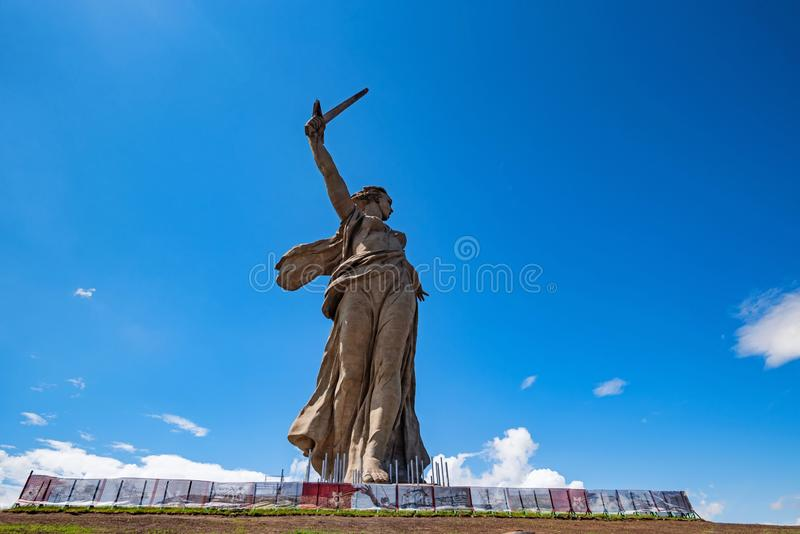 Vista delantera del monumento de las llamadas de la patria en Mamayev Kurgan en Stalingrad, Rusia fotos de archivo libres de regalías