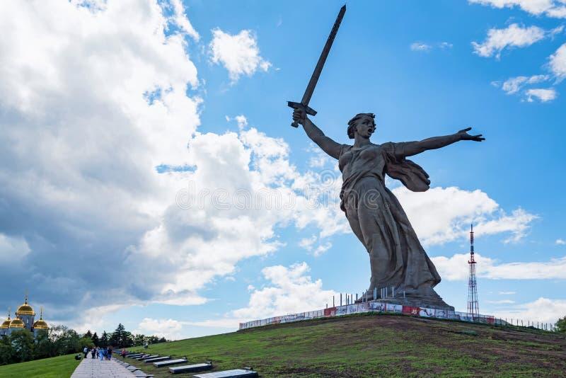 Vista delantera del monumento de las llamadas de la patria en Mamayev Kurgan en Stalingrad, Rusia imagen de archivo