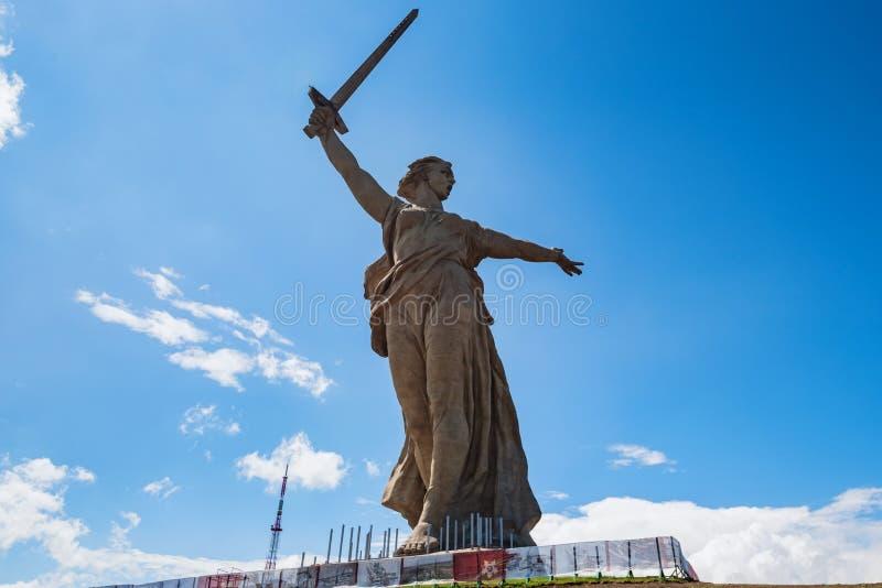 Vista delantera del monumento de las llamadas de la patria en Mamayev Kurgan en Stalingrad, Rusia foto de archivo libre de regalías