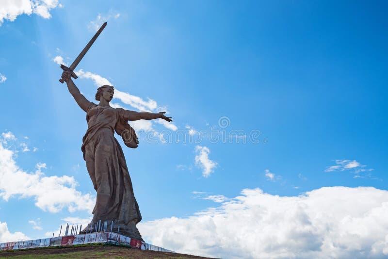 Vista delantera del monumento de las llamadas de la patria en Mamayev Kurgan en Stalingrad, Rusia imagen de archivo libre de regalías