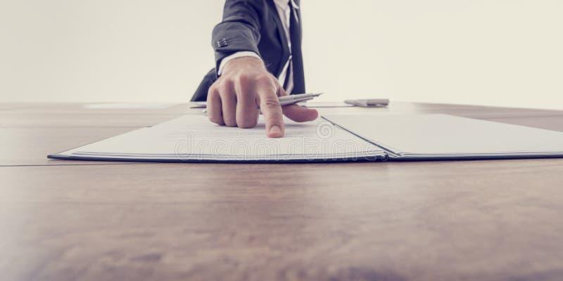 Vista delantera del patrón que señala a un contrato imagen de archivo libre de regalías