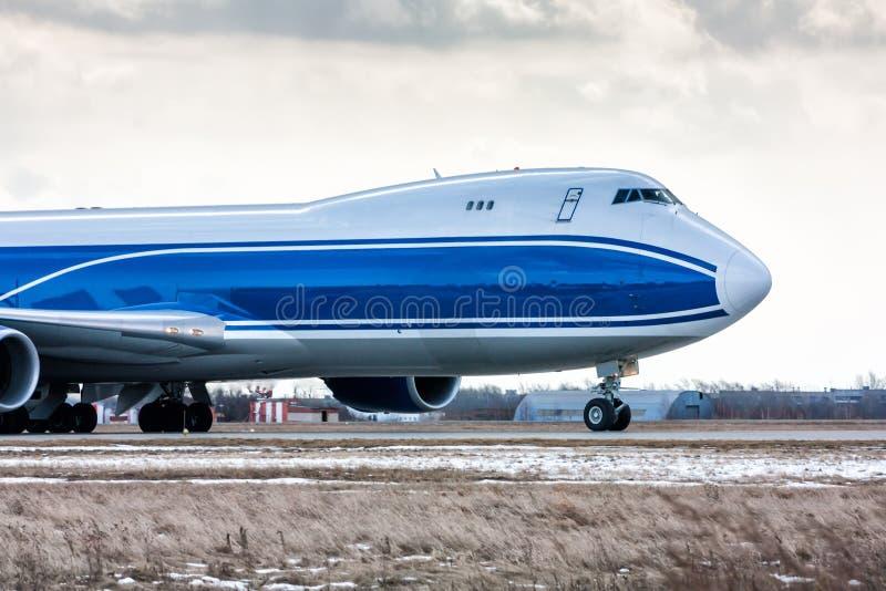 Vista delantera del primer de los aviones grandes del cargo en la pista en un aeropuerto frío del invierno imágenes de archivo libres de regalías