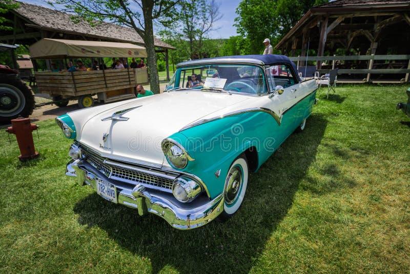 Vista delantera del primer hermoso asombroso del coche retro del vintage clásico en parque al aire libre imágenes de archivo libres de regalías