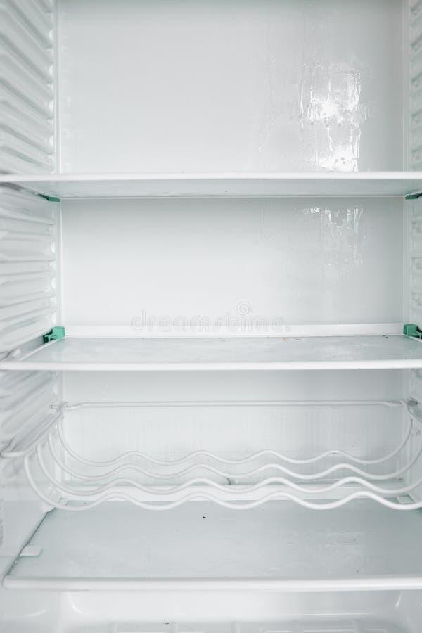Vista delantera del refrigerador vacío que permanece en casa fotos de archivo libres de regalías