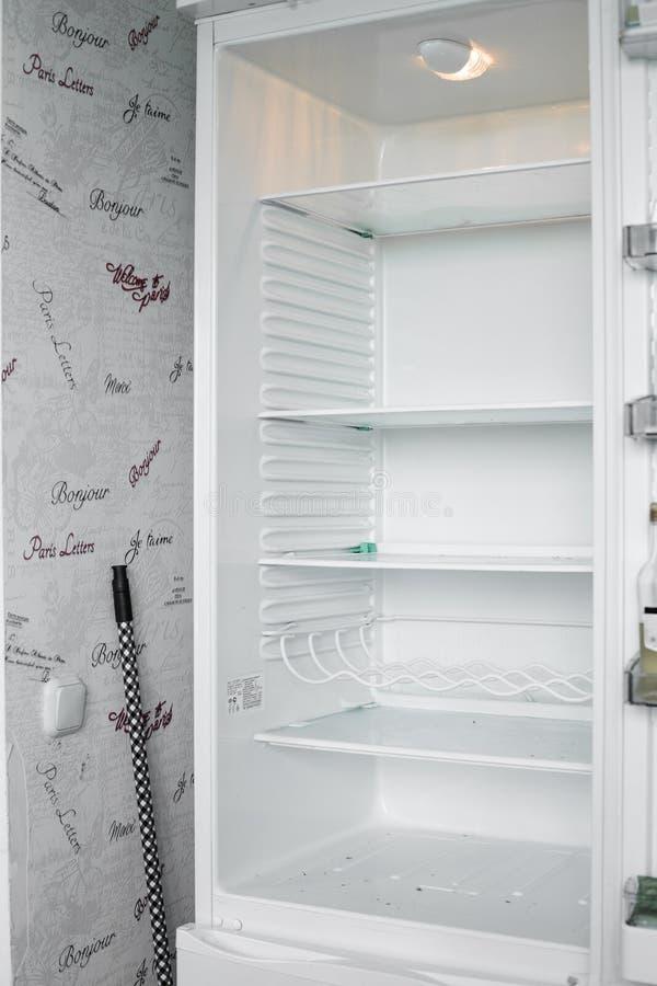 Vista delantera del refrigerador vacío que permanece en casa imagen de archivo libre de regalías