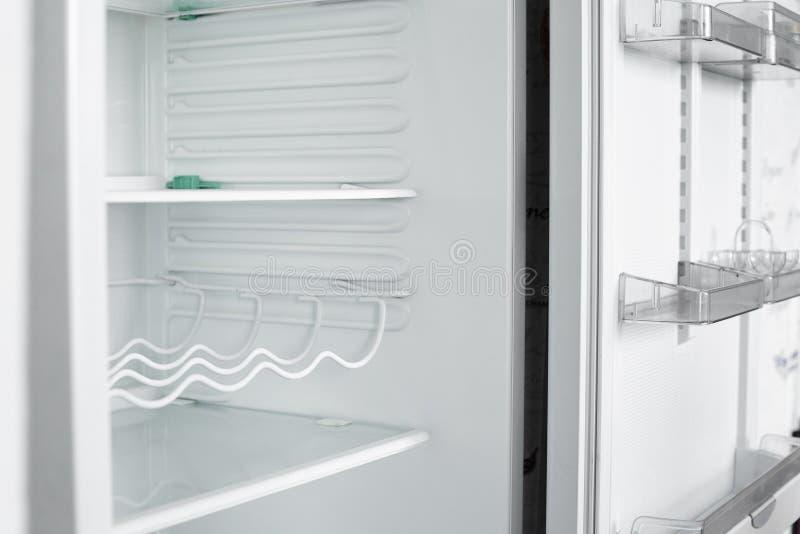 Vista delantera del refrigerador vacío que permanece en casa foto de archivo libre de regalías