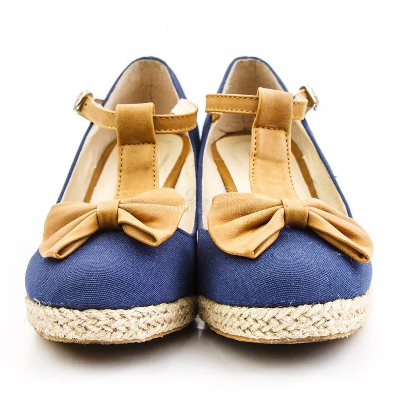 Vista delantera del zapato azul fotografía de archivo