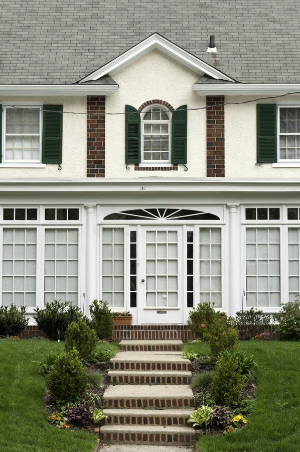 Vista delantera en la casa de la familia en los suburbios de Philadelphia fotos de archivo