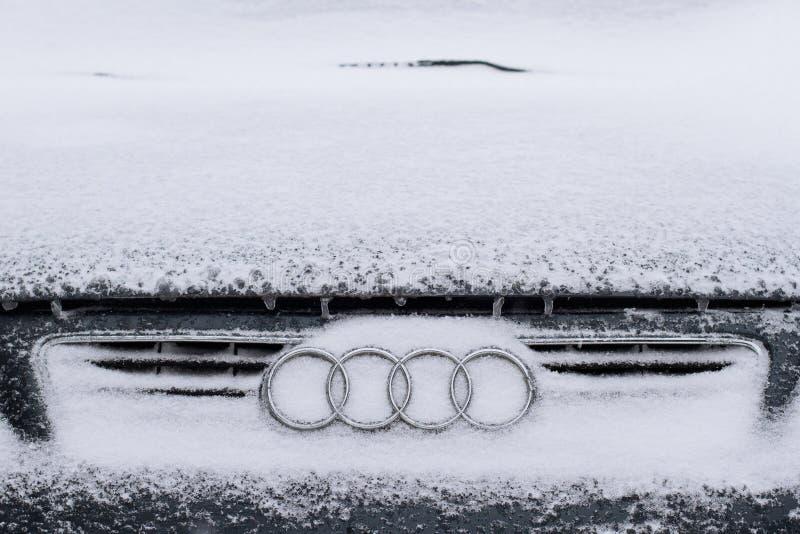 Vista delantera horizontal del logotipo de Audi cubierta en nieve imagen de archivo libre de regalías
