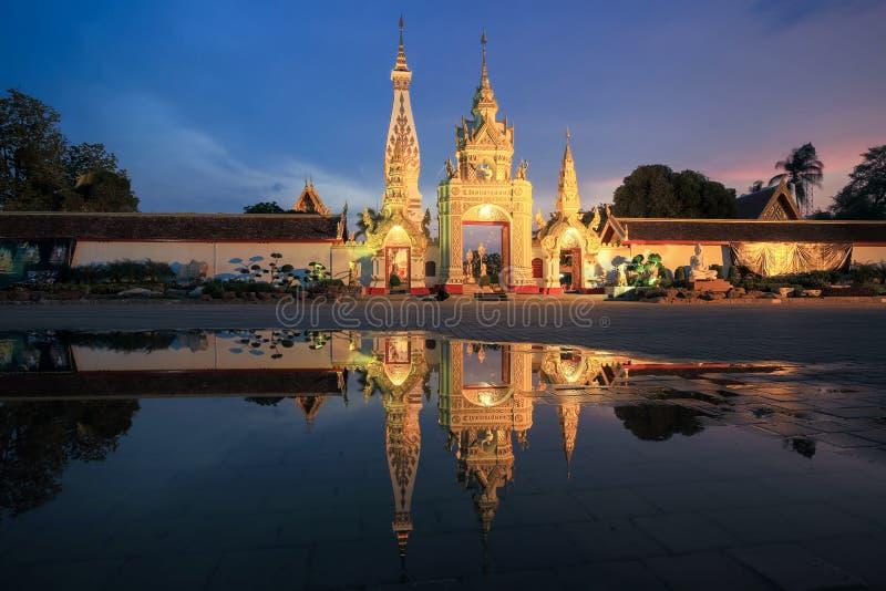 Vista delantera la puerta del este de la pagoda del phanon de Phra de la cual fotografía de archivo