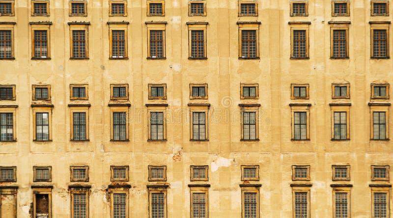 Vista delantera a las ventanas del castillo viejo de Plumlov builded en estilo barroco de la arquitectura en la ciudad de Plumlov fotografía de archivo libre de regalías