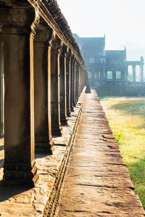 Vista delantera lateral del templo de Angkor Wat en Camboya foto de archivo