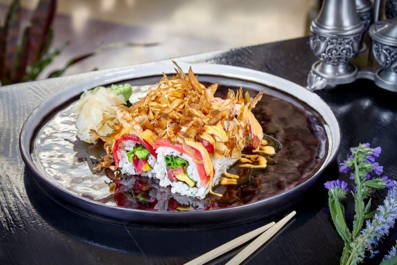 Vista delantera sobre el rollo caliente con los huevos revueltos del atún, de color salmón y Suchi Estilo japon?s del alimento Ma imagen de archivo