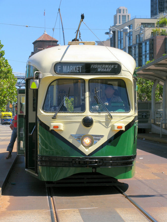 Vista delantera (verde) histórica del coche de la calle de San Francisco foto de archivo